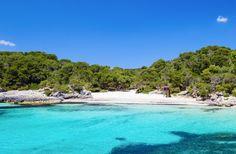 Cala Turqueta, Menorca: Es nuestra cala preferida de Menorca, una cala virgen de aguas turquesas que nada tiene que envidiar al Caribe.