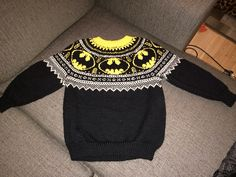 We Like Knitting: Mini Batman Logo Chart – Free Pattern – knitting charts Kids Knitting Patterns, Crochet Stitches Patterns, Knitting Charts, Knitting For Kids, Knitting Projects, Baby Knitting, Logo Batman, Intarsia Knitting, Ravelry