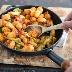Wenn es schnell gehen soll, sind Gnocchi deine Geheimwaffe. Was für die Kartoffelhappen spricht? Sie nehmen viel Sauce auf und sind in 15 Minuten fertig.