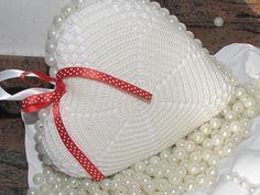 ciao a tutti questo cuore l ho fatto riciclando dei centrini.ho messo delle perle attorno e infine un bel laccetto rosso