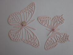Paper wall art Butterflies --- 3D papieren muurvlinders in zacht roze met 2 glazen hartjes --- Schattig op een babykamer of originele bruiloftsdecoratie