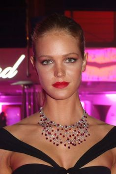 Erin Heatherton en Chopard http://www.vogue.fr/joaillerie/red-carpet/diaporama/les-plus-belles-parures-de-cannes-2013-bijoux-festival-de-cannes-chopard-chaumet-boucheron-de-grisogono-bulgari/13388/image/756756#!erin-heatherton-chopard-festival-de-cannes-2013