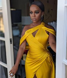 Black women invented the color yellow. Classy Outfits, Chic Outfits, Fashion Outfits, Sexy Dresses, Beautiful Dresses, Mode Streetwear, Girl Fashion, Womens Fashion, Event Dresses