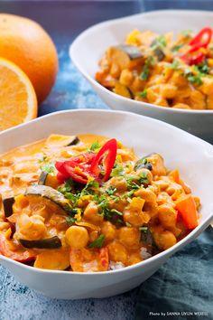 Det här är en gryta med spännande smaker av saffran, kanel, apelsin och spiskummin. Grytan går snabbt att svänga ihop, perfekt att servera en dag när middagen måste stå lite extra snabbt på bordet. #gryta #zucchini #kikärtor #apelsin #havregrädde #vegansk #vego #middag #recept Vegan Vegetarian, Vegetarian Recipes, Healthy Recipes, 300 Calorie Lunches, Quorn, Food Fantasy, Recipes From Heaven, Palak Paneer, Soups And Stews
