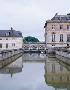 Between the main château, at right, and the apartment is a bridge with an open walkway on top and an arcaded space.
