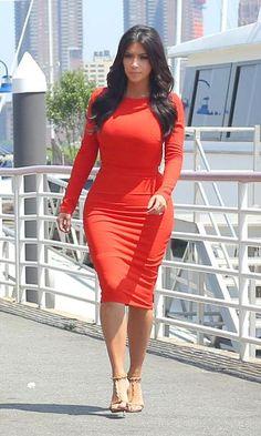 Kim Kardashian, magnifique dans une robe moulante orange Kardashian Kollection lors d'un événement dans le New Jersey