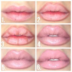 El paso número 3 va a cambiar tus labios por completo. No te preocupes por difuminar las líneas, una vez que apliques el color base de lipstick, se quedarán lo suficientemente visibles para dar un efecto de volumen. Eso sí, procura que el delineador sea de la misma gama de color.