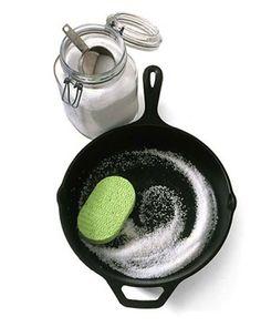 Frota las cacerolas o las sartenes con un poco de sal para eliminar las manchas de grasa.