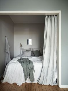 my scandinavian home: Small Space Inspiration: A Delightful Green and White Swedish Flat With a Pretty Bed Nook Design Scandinavian, Scandinavian Bedroom, Home Decor Bedroom, Modern Bedroom, Bedroom Ideas, Master Bedroom, Contemporary Bedroom, Bedroom Nook, Bedroom Red