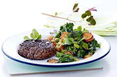 Få sund og nærende aftensmad på bordet på kun 30 minutter. Her er det grillet hakkebøf med sommergrøntsager.