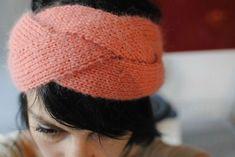 bandeau tressé (9) Knitting Patterns Free, Free Knitting, Free Pattern, Knitted Headband, Knitted Hats, Bandeau Torsadé, Knit Crochet, Crochet Hats, Ear Warmers