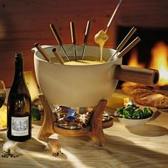 Whether cheese or chocolate, classic or Chinese: This 6.5 litre (!) stoneware bowl is an impressive centrepiece on your table and probably the largest fireproof fondue set for home use.