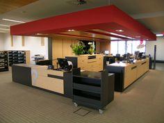 Le comptoir comporte quatre postes de travail.  Moyenne bibliothèque (1 888…