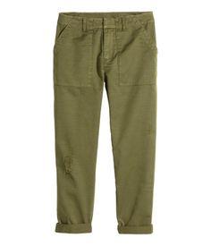 Cargohose aus weicher Baumwollqualität mit markanten Used-Details. Die Hose hat Seitentaschen, paspelierte Potaschen und einen verdeckten Häkchenverschluss mit Reißverschluss.