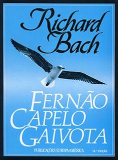"""Publicado pela primeira vez em 1970, """"Fernão Capelo Gaivota"""", de Richard Bach é um livro emocionante e tão gigante na sua história, apesar das poucas páginas. Esta é uma história de amor, esperança e liberdade, que tem como protagonista uma gaivota chamada Fernão, para a qual voar era muito mais do que a forma de se transportar de um lado para o outro. Na sua simplicidade, este livro é uma lição de vida, que nos ensina que devemos seguir o que acreditamos e os nossos sonhos."""