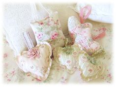 look for these materials Shabby Cottage, Shabby Chic Homes, Cool Diy Projects, Sewing Projects, Valentine Crafts, Valentines, Shabby Chic Hearts, Indoor Crafts, Sachet Bags