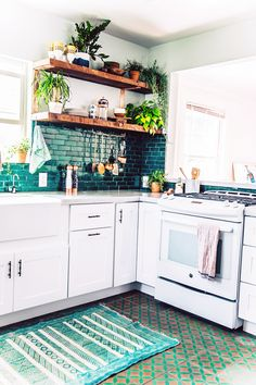 Boho kitchen with emerald green backsplash and green and gold tiles on the floor