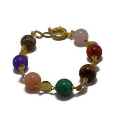 Pulseira com pedras naturais multicoloridas, com detalhes folheados a ouro