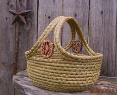 Coiled Pine Needle Basket with Double Handle and Walnut Slices. Rope Basket, Basket Weaving, Sisal, Pine Needle Crafts, Making Baskets, Pine Needle Baskets, Fabric Bowls, Pine Needles, Basket Decoration