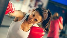Você já hesitou alguns segundos em frente à geladeira pensando o que comer antes de ir para a academia? Esta atitude é muito comum, afinal ninguém quer exagerar nas calorias se o objetivo da atividade física é eliminá-las. Consumir alimentos adequados tanto antes quanto depois do exercício é fu