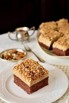 Cake with Instant Coffee Cream. Cocoa sponge cake instant coffee cream and crunchy almonds. Delicious easy to make at home with natural ingredients. Sweets Recipes, Cookie Recipes, Romanian Desserts, Sweet Pastries, Just Cakes, Pastry Cake, Ice Cream Recipes, Something Sweet, Food Plating