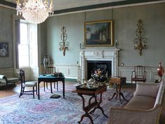 Georgian Houses - this living room is a little spare on furnishings but oh how I love the walls!