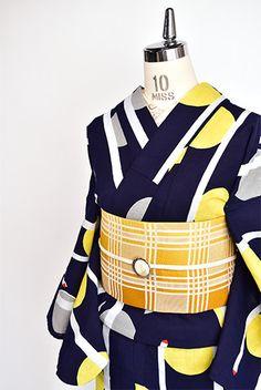 ミッドナイトネイビーに、満月のようなイエローとシルバーグレーの水玉が染め出された注染レトロ浴衣です。
