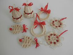 Фотографии на стене сообщества – 1 292 фотографии   ВКонтакте Christmas Baskets, Diy Christmas Gifts, Holiday Crafts, Christmas Ornaments, Straw Weaving, Weaving Art, Newspaper Basket, Newspaper Crafts, Weaving Designs