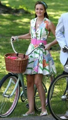 Blair Waldorf from Gossip Girl is everyone's favorite mean girl. She's a girl of extremes, Serena Van Der Woodsen 's frienemy, Manhattan f. Gossip Girl Blair, Moda Gossip Girl, Estilo Gossip Girl, Gossip Girls, Estilo Blair Waldorf, Blair Waldorf Outfits, Blair Waldorf Style, Fashion Tv, Look Fashion