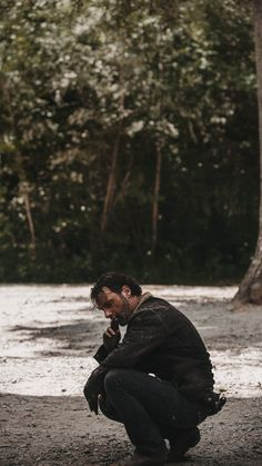 The Walking Dead 2, Walking Away, Walking Dead Wallpaper, Apocalypse Aesthetic, Funny Video Memes, Andrew Lincoln, Rick Grimes, Character Aesthetic, Best Shows Ever