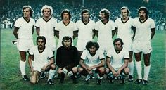 BAYERN DE MUNICH-1974. De pie, de izquierda a derecha: Beckembauer, Hoennes, Müller, Gersdorff, Zobel, Schwarzembech y Kapellman. Agachados, en el mismo orden: Hansen, Maier, Breitner y Hoffmann.