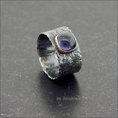 Лаконичное кольцо с иолитом тёмного сине-фиолетового цвета.