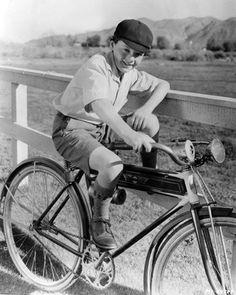 Freddie Bartholomew rides a bike. Freddie Bartholomew, Boys Short Suit, Old Hollywood Stars, Classic Hollywood, Commuter Bike, Mark Hamill, Bike Rider, Classic Films, Vintage Photographs
