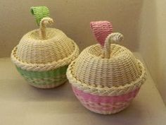 Arts And Crafts Gift Product Paper Basket Weaving, Willow Weaving, Weaving Art, Tapestry Weaving, Newspaper Basket, Newspaper Crafts, Diy Craft Projects, Diy And Crafts, Quilling Work