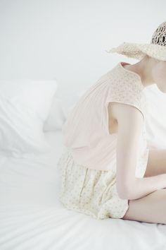 ANAIS KUGEL DES PETITS HAUTS SS15 #despetitshauts #anaiskugel #anaisk #bardenas #airdebardenas #summer #pink #happy #bed #girl