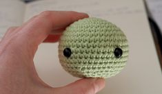 PATRÓN EN ESPAÑOL SCHEMA IN ITALIANO Hello there! Today I want to share with you a free amigurumi pattern of Yoda! I created this crochet chibi version a few years ago, as a commission from a hard-… Star Wars Crochet, Crochet Stars, Thread Crochet, Crochet Amigurumi Free Patterns, Crochet Dolls, Knitting Patterns, Quick Crochet, Free Crochet, Crochet Baby