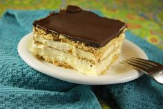 The Kitchen is My Playground: No-Bake Chocolate Eclair Dessert. This is a perfect potluck dessert where nobody cares if the ingredients are instant pudding an Icebox Desserts, Icebox Cake Recipes, Dessert Recipes, Raspberry Smoothie, Apple Smoothies, Food Cakes, Graham Crackers, Chocolates, Tiramisu
