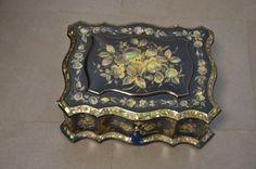 Coffret à bijoux laqué noire à riche décor burgauté de fleurs.  Napoléon III.  12,5 x 23 x 31 cm. - Sophie Himbaut - 11/12/2015