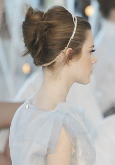 love hair that's messily pulled back with a delicate hair band to help and accent