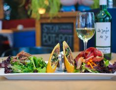 Salade aux trois canards : rouleau impérial, aiguillettes de canard fumé, effiloché de canard confit maison et vinaigrette à l'érable.  Disponible au Cochon Dingue
