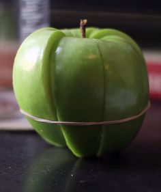 Apple slices rubberbanded together to prevent browning.a problem that FINALLY has a reasonable solution! Healthy Kids, Healthy Snacks, Healthy Recipes, Yummy Snacks, Yummy Food, Fruit Creations, Apple Slices, Fruit Recipes, Fruits And Veggies