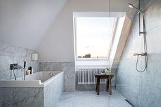 Marmeren badkamer met schuinte