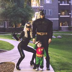 Batman, Robin & Cat Woman Family Costume Idea - Lots of inspiration, diy & makeup tutorials and all accessories you need to create your own DIY Family Costumes for Halloween. Create your own family-friendly Costume for Halloween Halloween 2018, Halloween Outfits, Couples Halloween, First Halloween, Disney Halloween, Halloween Kids, Halloween Costume Ideas For Couples, Diy Womens Halloween Costumes, Couple Costume Ideas