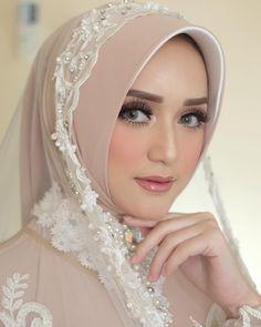 yo ga's media content and analytics Bridal Hijab, Hijab Bride, Girl Hijab, Muslim Wedding Gown, Muslimah Wedding Dress, Beautiful Hijab Girl, Beautiful Lips, Wedding Hijab Styles, Foto Wedding
