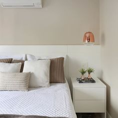 By @moniserosaarquitetura @marianaorsifotografia #bedroom #quartocasal #chambre #suitecasal #projeto #decoracao #design #decor #instadesign #produção #detalhes #designdecor #home #interiores #bymoniserosa #moniserosaarquitetura