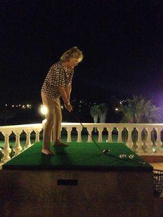Competición de golf nocturno que organizamos desde la azotea del club, y que divirtió muchísimo a los participantes por su originalidad y por su sencillez. Había en juego una caja de 12 bolas de golf para el participante que dejara su golpe más cerca de la bandera en el green del hoyo 9.