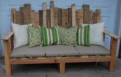 Arredare il giardino in maniera economica con il divano in pallet di legno - BCasa