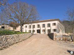 Espectacular finca mallorquina reformada con fantásticas vistas al municipio de Puigpunyent y a la Sierra de Tramuntana | Enorme parcela, jardín hundido, spa y dos piscinas | Acabados exquisitos