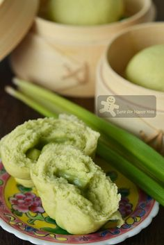 Pandan Kaya Bao / Pandan Kaya Steamed Buns // Dough : 325 g low… Steam Buns Recipe, Bun Recipe, Asian Bread Recipe, Bento, Asian Buns, Steamed Bao, Pandan Cake, Vietnamese Dessert, Sweet Buns