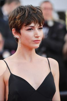 Corte pixie con mecha With wick - The British model has turned her pixie cut into an entire institut Undercut Hairstyles Women, Pixie Hairstyles, Pixie Haircut, Cool Hairstyles, Pixie Bangs, Ladies Hairstyles, Haircut Short, Beautiful Hairstyles, Bob Haircuts